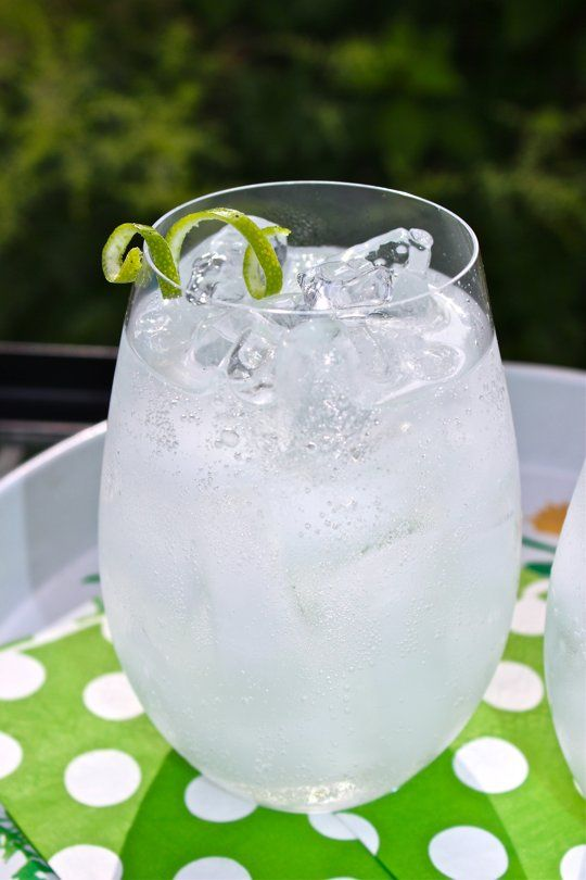 Make the Best Gin & Tonic of Your Life: Advice from a Bartender in Oporto 10-Minute Happy Hour. 2 ounces gin  2 ounces tonic  4 ounces club soda  1 lime wedge or twist if you prefer  Ice  Fill a glass with ice. Add the gin, tonic and club soda. Stir and garnish with the lime wedge or twist. Enjoy.