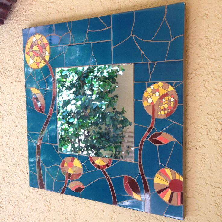 Marco espejo, hecho x mi. Mosaicos quebrados con martillo para el fondo. Cortados para las flores.