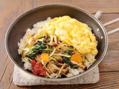 コウ 静子さんのもやしを使った「フライパン焼きビビンバ」のレシピページです。【1人分200円以下でおいしく乗り切る】フライパンでつくる、大人気の石焼きビビンバ!コウ家定番の「ぐじゅぐじゅ卵」をのせ、焼き目をつけて、食卓で豪快にかき混ぜていただきましょう。 材料: ナムル、卵、温かいご飯、コチュジャン、塩、ごま油、水