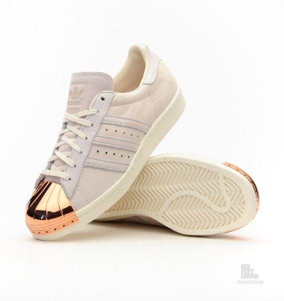 zapatilla adidas blanca y dorada