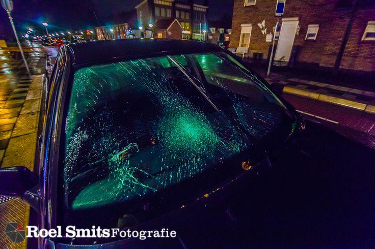 12-01-2017 - Eindhoven - President Steynstraat - Auto schept fietser EINDHOVEN - Bij een ongeval op de President Steynstraat in Eindhoven is donderdagavond een fietsster gewond geraakt. De vrouw werd rond 22.10 uur geschept door een auto en is door de ambulancedienst met spoed overgebracht naar het ziekenhuis. Over de aard van haar verwondingen en de oorzaak van het ongeval http://roelsmitsfotografie.nl/2017/01/18/12-01-2017-eindhoven-president-steynstraat-auto-schept-fietser