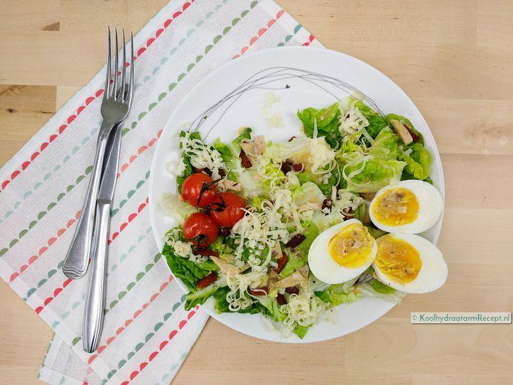 Deze Caesar salade bevat o.a. romaine sla, trostomaatjes, kip, spek, kaas en een gekookt eitje! Geen ingrediënten om van wakker te liggen lijkt me?
