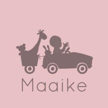 Geboortekaart silhouette baby meisje in retro auto