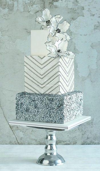 Vierkante zilver en witte stapeltaart met suiker pailetjes en papegaai tulpen van gumpaste / Tiered square cake with sugar sequins and gumpaste parrot tulips