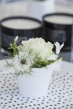 Sort og hvitt er enkelt og delikat til sommerfesten. Du trenger bare noen få blomster for å få det til.