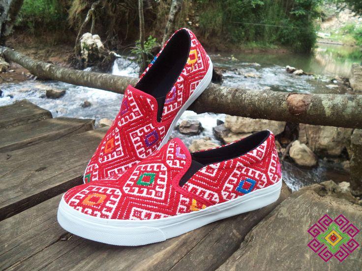 Tenis hecho con textil maya, trabajo manual de telar de cintura hecho por las mujeres de las comunidades de Chiapas.