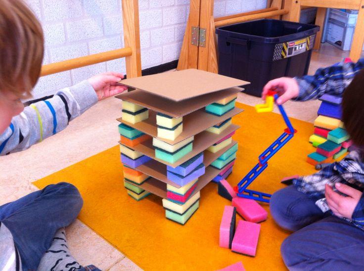 Bouwen met schuursponsjes en karton
