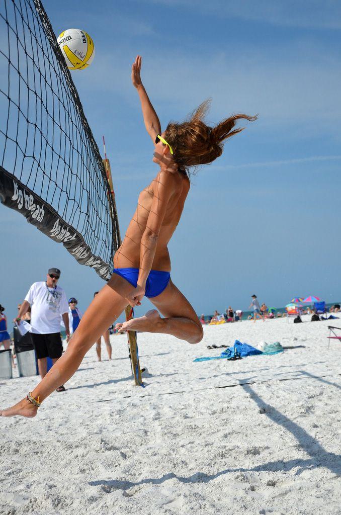 Красотка топлес играют волейбол