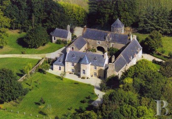 En Tregor, à proximité du Parc Regional d'Armorique, un grand manoir des 15ème…