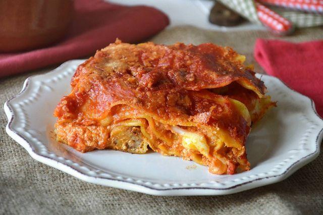 """La lasagna napoletana di Carnevale è praticamente un must per tutte le famiglie di questa città che la propongono """"almeno"""" una volta durante tutto il periodo di festa. I più ghiotti la portano in tavo"""