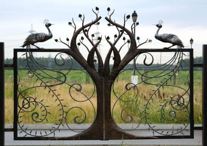 Металлические ворота, украшенные ковкой.