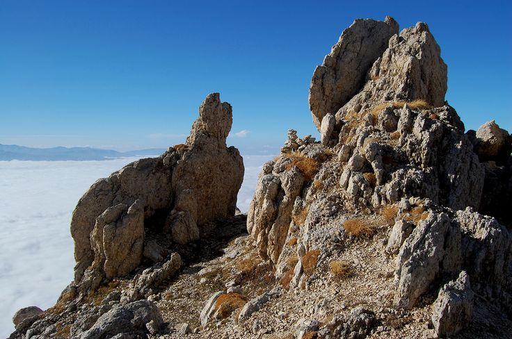 Bizzarre formazioni rocciose sopra il mare di nubi.