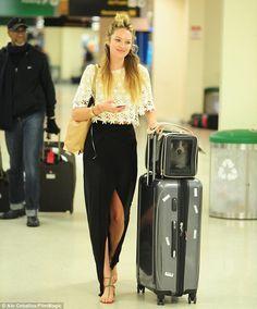Confira looks de aeroporto de Candice Swanepoel