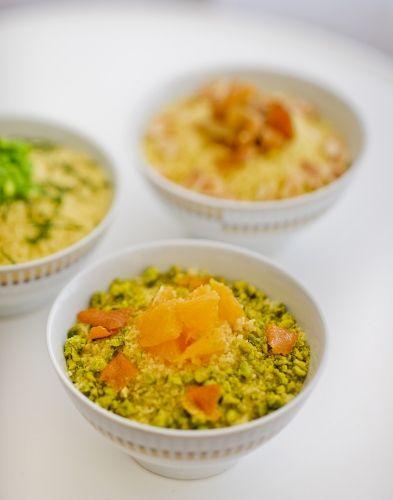 Les frères Pourcel sont passionnés par la cuisine marocaine et réinterprètent certaines recettes phares du royaume. Pour l'apéritif, pas moins de six variations autour du couscous, en mini-portions. Ici, aux raisins secs et amandes.