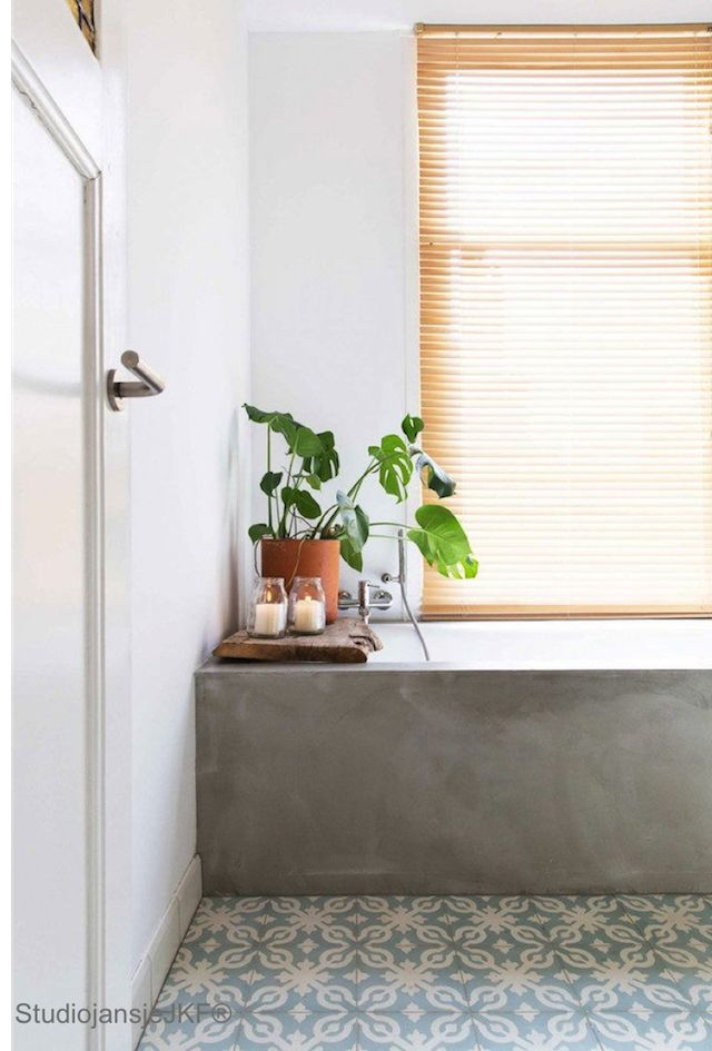 Concrete bath / Morrocan tiles in the bathroom of a bright and cheerful Dutch family homePhotography: Jansje Klazinga, Styling: Emmy van Dantzig