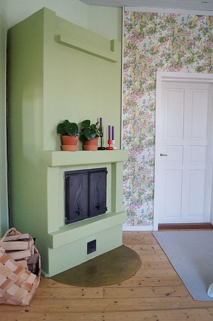 fireplace, renovation, green fireplace, bedroom, houseplants, boråstapeter wallpaper, takka, slammattu pinta, remontti, vihreä takka, makuuhuone