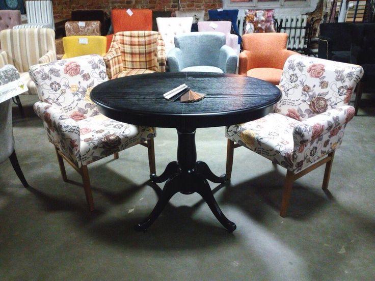 Мягкие кресла и деревянный стол производства ХОРЕКАСПБ.
