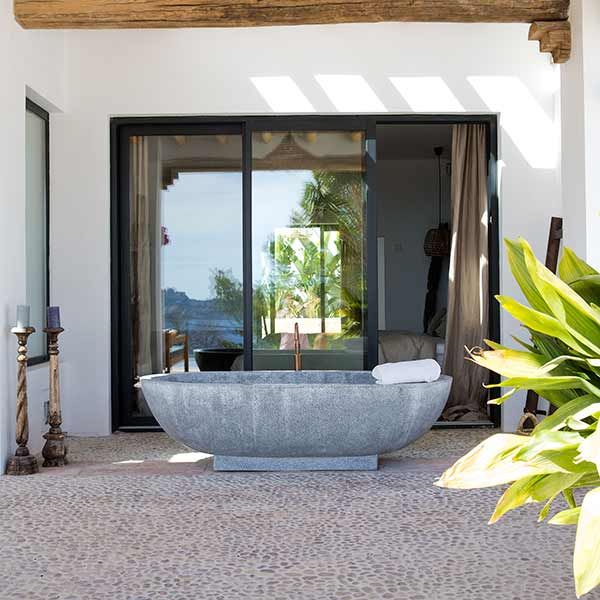 Binnenkijken in de COCOON villa op Ibiza | interview VTWonen | vrijstaande Ibizaanse villa | Mediterraans | interior design | aarde-tinten | warme materialen | vrijstaand bad uit Bali | koperen badkraan Piet Boon collectie | COCOON quality design products for easy living | Dutch Designer Brand COCOON