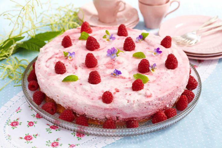 Fantastisk kake laget av revet kransekakemasse og toppet med herlig bringebærmousse. En sikker vinner på kakebordet.