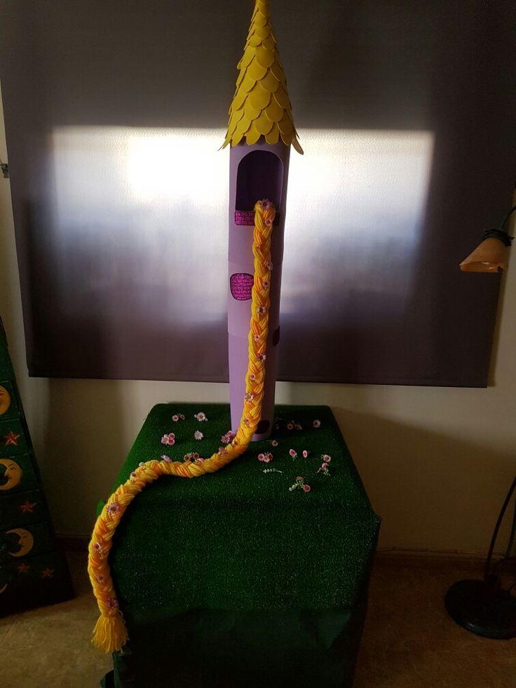 Torre de Rapunzel - Enredados.  Materiales: cartón, goma Eva y lana.