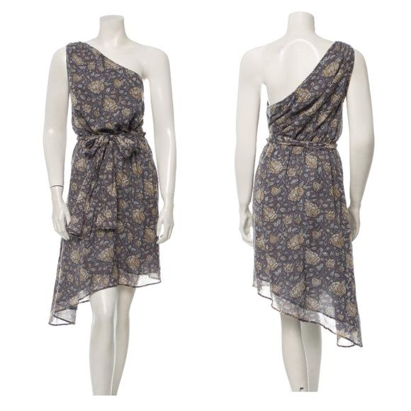 [Banjanan] One-Shoulder Cotton Floral Dress This cotton floral asymmetrical dress is a lightweight option for summer weddings or weekend beach trips! The bluish-grey hue has accents of beige flowers. There is a removable sash belt at the elastic waistband and the one-shoulder style will let you show off some fabulous earrings💕 Banjanan Dresses One Shoulder