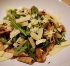 Op zoek naar een simpel maar heerlijk pasta gerecht? Deze Truffel pasta is vol smaak en zo gemaakt. Heerlijk gevuld met gemengde paddenstoelen, truffeltapenade en Parmezaanse kaas.