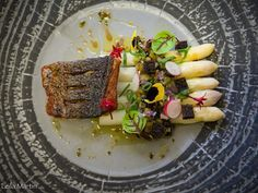 Bar grillé, asperge et rhubarbe, un plat de Joël Philipps