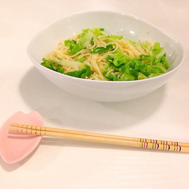 ここのところ16穀米 お味噌汁におかず…という 純和風な食事を続けてたので 久しぶりのパスタ〜 春キャベツ美味しいな♡ - 7件のもぐもぐ - 春キャベツ&ピーマンの明太子パスタ by tsuruhideko