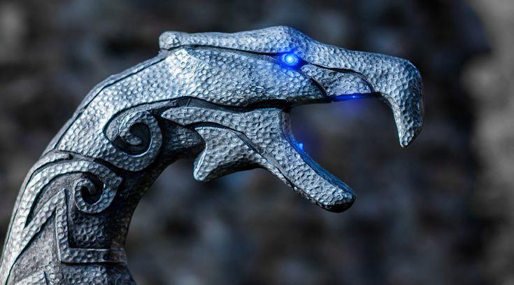 [FR] Afin de compléter le costume de mage/Prêtre-Dragon (Skyrim), nous nous sommes lancés dans la création d'un bâton de Prêtre-Dragon. Il s'agit d'un challenge intéressant puisqu'il s'agit d'une pièce imposante (1,80m) avec des détails et des effets que nous souhaitions reproduire par l'utilisation de LED. #cosplay #makingof