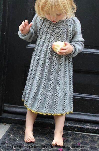 Design og foto: Stine Hoelgaard Johansen Yndig kjole i hulmønster. Opskriften kan fås i str. 2 (4) 6 år, dansk Kan købes her http://stinesvarehus.bigcartel.com/ Instagram: stinehoelgaard