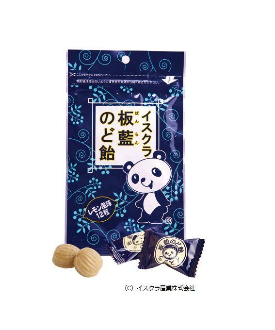 イスクラ板藍のど飴 「イスクラ板藍のど飴」はアブラナ科のホソバタイセイの根を乾燥した板藍根(バンランコン)を使用しています。ホソバタイセイは南ヨーロッパ、西アジア原産で江戸時代に中国を経由して日本に染料植物として伝来しました。板藍の名前の通りホソバタイセイの葉や茎は、発酵させたものを藍染め染料として用られていましたが、日本ではダデ藍の栽培の方が普及し現在では殆ど利用されていません。「イスクラ板藍のど飴」は板藍根のエキス末を配合したのど飴です。
