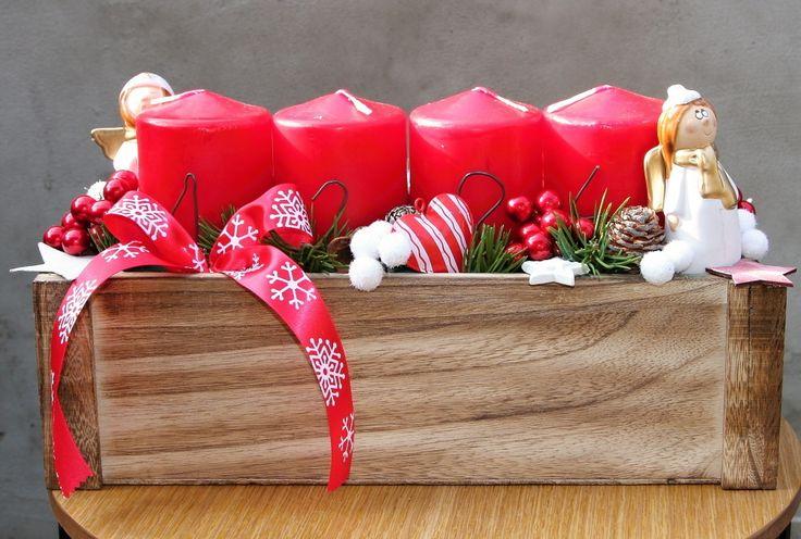 Skandinávské+vánoce+adventní+svícen+s+červenými+svíčkami+v+bílé+a+červené+kombinaci+v+dřevěném+truhlíkudoplněný+přirodninami,+výška+17+cm,+šířka+13+cm,+délka+31+cm