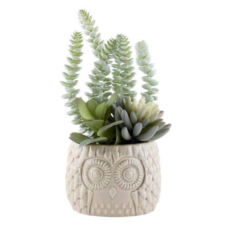 Maceta de cerámica con diseño de buho con cactus artificial.