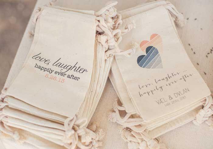 Saquinhos para o convidado levar doces para casa http://www.blogdocasamento.com.br/saquinhos-de-doces-para-o-convidado-levar-para-casa/