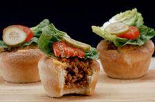 Die Cheeseburger-Muffins mit Hackfleisch-Füllung, geschmolzenem Käse und frischem Salat-Topping sind fix zubereitet. Unser Video zeigt, wie sie gelingen.