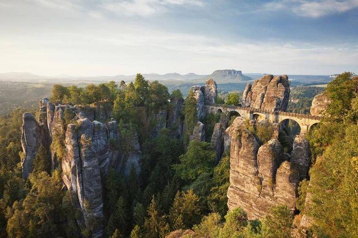 Deutschland: Elbsandsteingebirge, Sächsischen Schweiz. Basteibrücke mit Blick auf das Elbtal und seine einzigartigen Felsformationen.