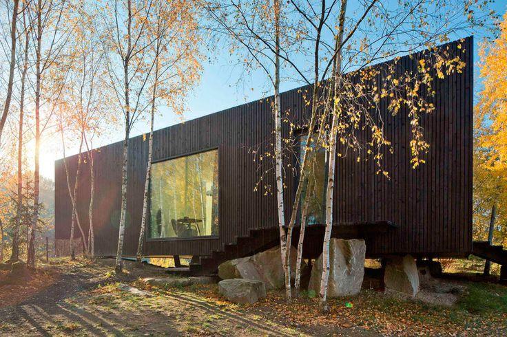 """Dům """"levitující"""" nad zemí: Útesová dřevostavba, která nemá běžné základy. Vše potřebné už bylo na místě"""