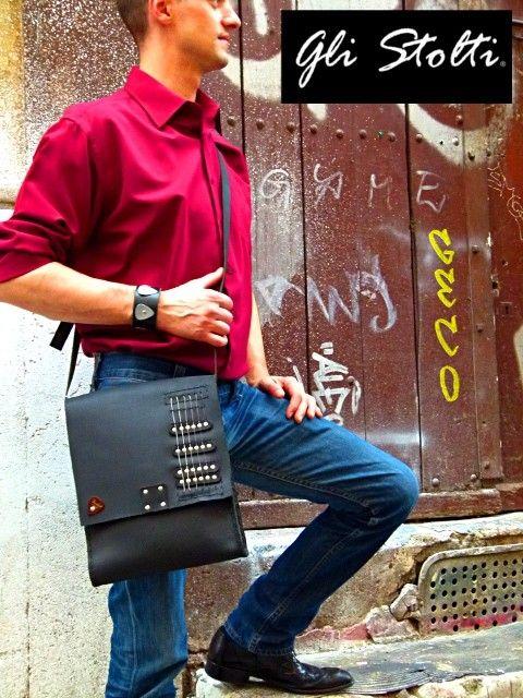 """""""6 Corde"""": borsa unisex artigianale in cuoio lavorata e cucita a mano, decorata con vere corde di chitarra elettrica e plettro. Vai al link per tutte le info: http://glistolti.shopmania.biz/compra/borsa-in-cuoio-6-corde-102 Gli Stolti Original Design. Handmade in Italy. #glistolti #moda #artigianato #madeinitaly #design #stile #roma #rome #shopping #fashion #handmade #style #borse #cuoio #leather #bags #musica #music"""