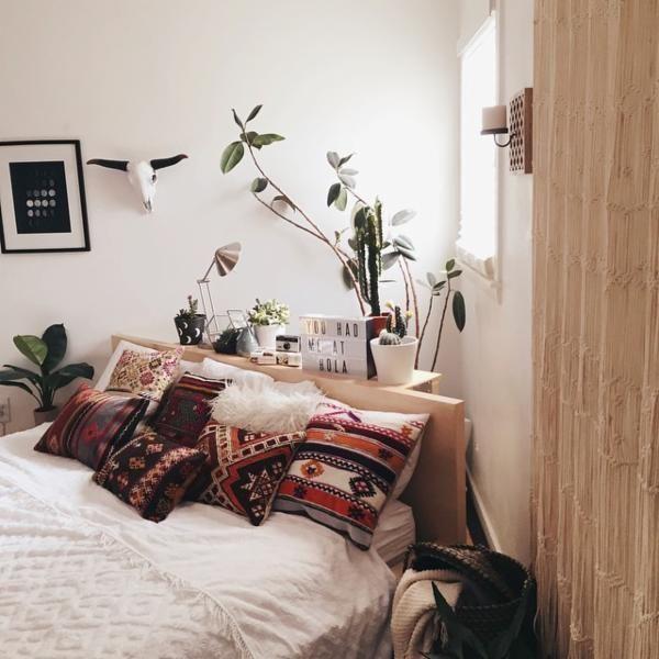 Pour cette nouvelle édition du Home Inspiration, je vous propose une sélection de 10 chambres à la déco stylée. De couleur clair, sombre, dans une ambiance bohème ou même champêtre, quelle est la chambre qui vous ressemble?