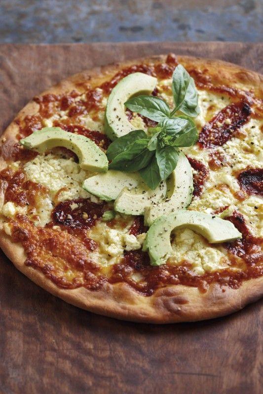Songedroogde tamaties, fetakaas en avokado pizza | SARIE