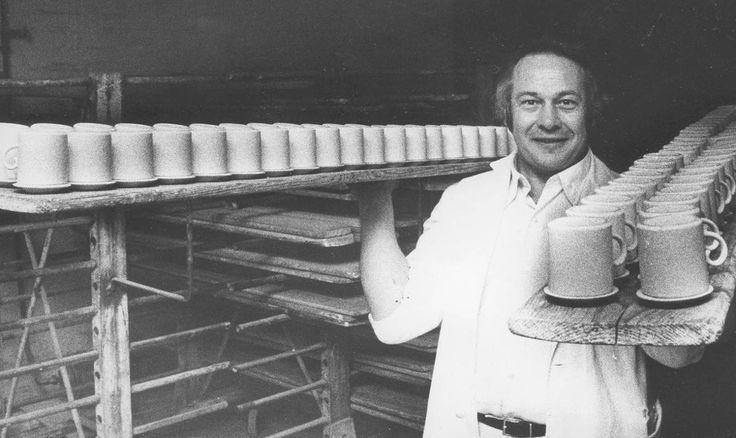 Muminmuggarna har inte tillverkats i Finland på länge.  Slätstruken och tråkig design på den inhemska vardagskeramiken är en följd av att den industriella keramiska produktionen flyttar utomlands.