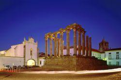 #Alentejo, El secreto mejor guardado más allá del Tajo   Via Cinco Dias   30/04/2015 El Alentejo es una región rural, tradicional y auténtica, poco poblada, desconocida Castillos, fuertes, atalayas y villas fortificadas salpican el paisaje alentejano, en el sur de Portugal. #Portugal Photo: Ruinas romanas de Évora