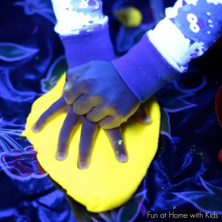 11 activités les plus drôles que vous pouvez faire avec vos enfants ! L'eau qui brille dans le noir, qu'est-ce j'aurai aimé avoir ça étant petit...