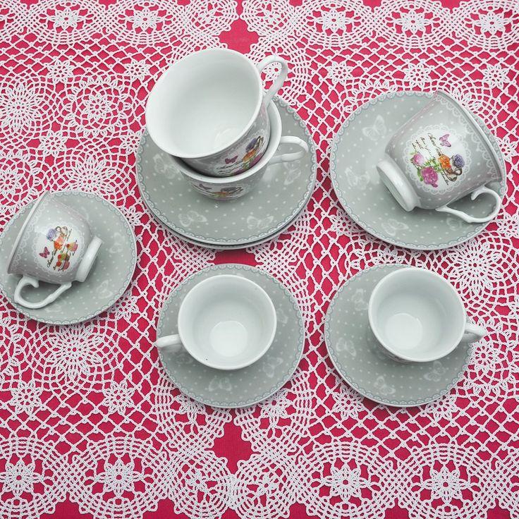Έξι φλυτζάνια με τα πιατάκια τους για τον τσάι ή τον καφέ και 6 φλιτζάνια για τον ελληνικό καφέ από φίνα ευρωπαϊκή πορσελάνη, με σχέδια γκρι τριαντάφυλλα . Μία πρόταση για δώρο αλλά και για σερβίρισμα του καφέ. Χωρητικότητα: 200ml (τσαγιού) 80ml (καφέ).