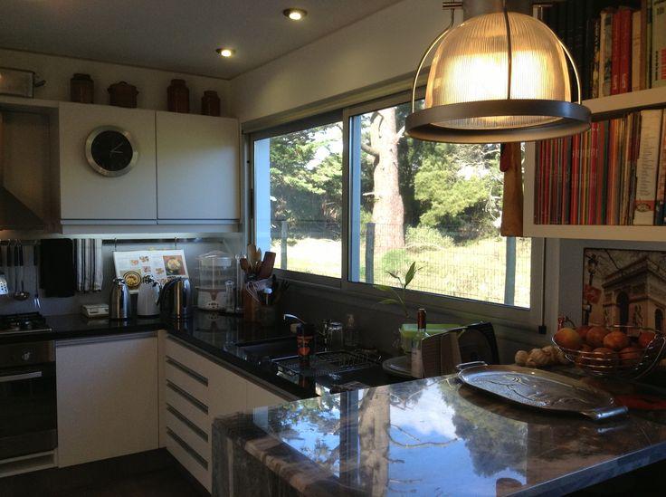 Muebles de cocina, en melamina MDF 18mm, mesadas en granito negro.