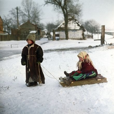 """Chłopi"" - dir. Jan Rybkowski (1973) #winter #snow #children"