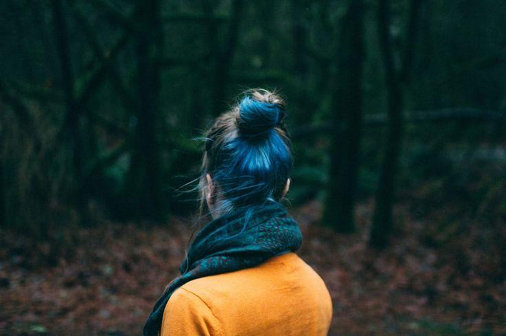 Para que un cabello tinturado luzca bonito y brillante debe ser cuidado con mimo y atención especial. Aquí te dejo 5 tips para cuidarlo adecuadamente sin perder ni gota de color: Usa un champú especial para cabello tinturado   El champú limpia