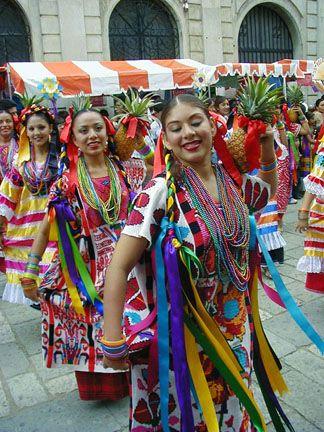 Jóvenes bailando en fiesta en Guerrero. México