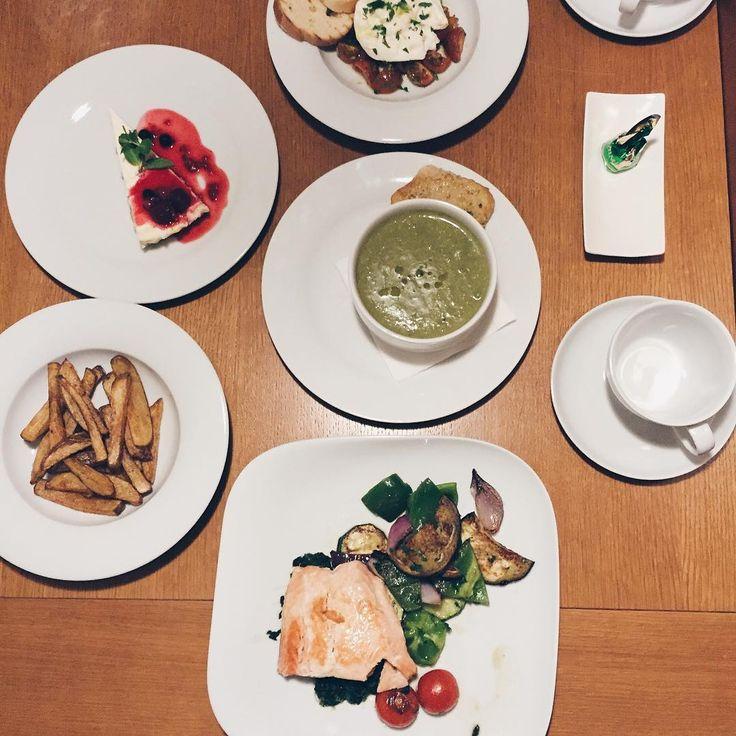Objednáte si room service, přinesou vám hrozně dobrý jídlo, ale co víc, přinese to božskej číšník ❣ Aneb co víc si přát
