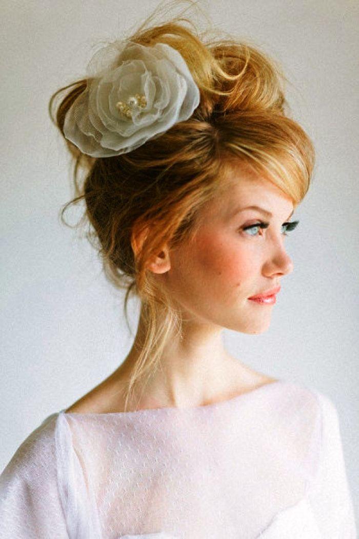 Inspiração de penteado para noivas de cabelos compridos   Organizando Meu Casamento. http://bit.ly/noivascabeloslongos  - coque com flores